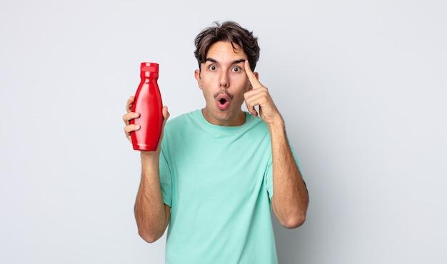 Jeune homme hispanique semblant surpris, réalisant une nouvelle pensée, idée ou concept. concept de ketchup