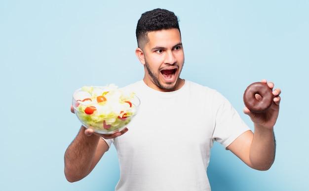 Jeune homme hispanique surpris expression. concept de régime