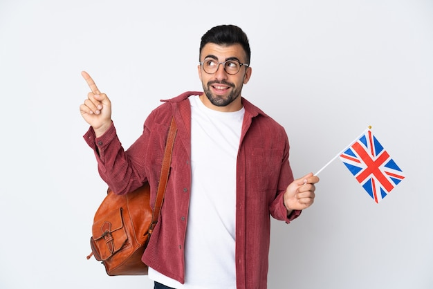 Jeune homme hispanique tenant un drapeau du royaume-uni pointant vers le haut une excellente idée
