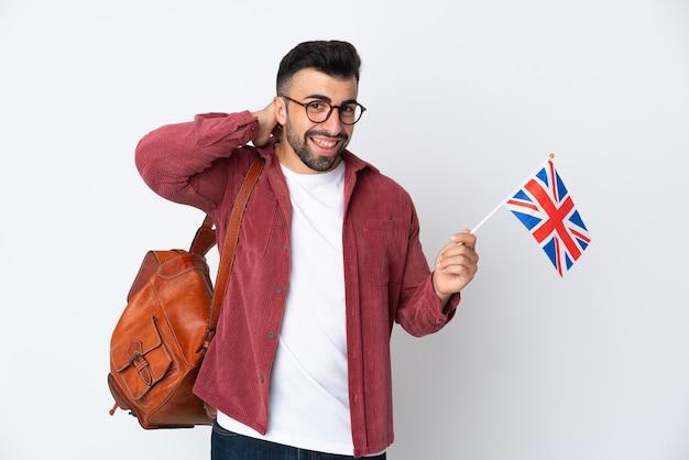 Jeune homme hispanique tenant un drapeau du royaume-uni en riant