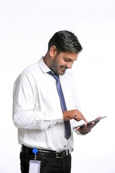 Jeune homme indien à l'aide de smartphone sur fond blanc.