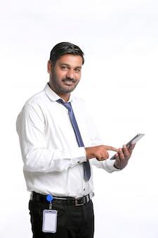Jeune Homme Indien à L'aide De Smartphone Sur Fond Blanc. Photo Premium