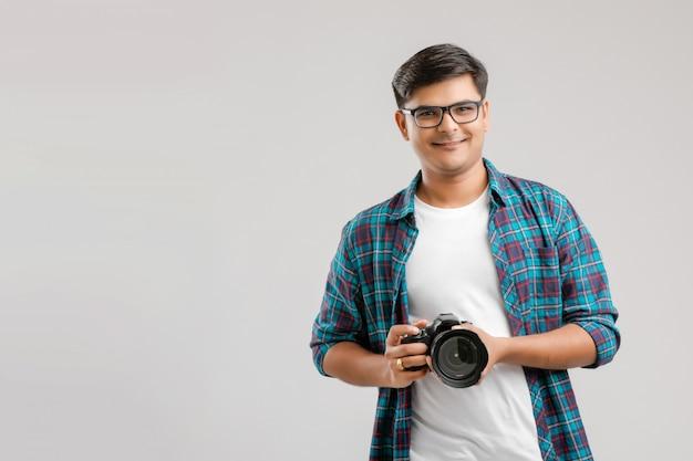 Jeune homme indien capturant une photo avec l'appareil photo