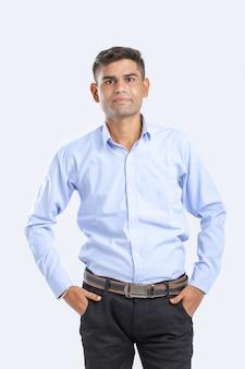 Jeune homme indien debout sur blanc