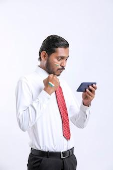 Jeune Homme Indien Donnant Une Expression Choquante Après Avoir Vu Un Smartphone. Photo Premium