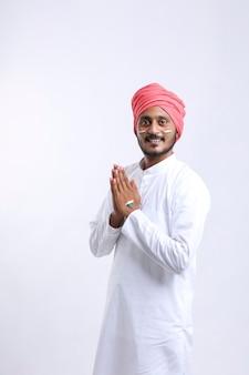 Jeune homme indien donnant namaste ou geste de bienvenue.