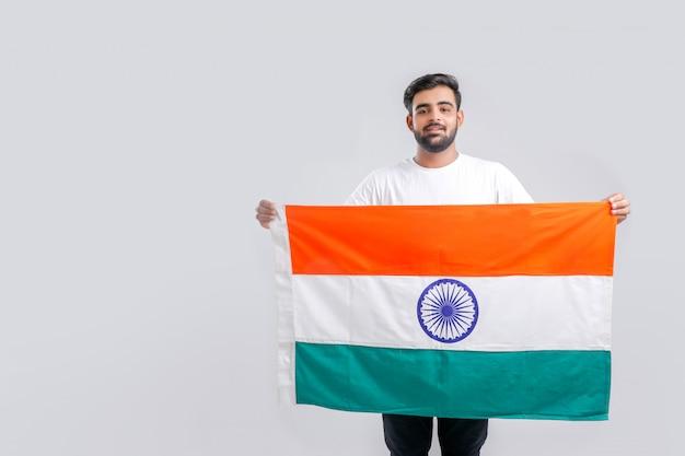 Jeune homme indien avec drapeau indien