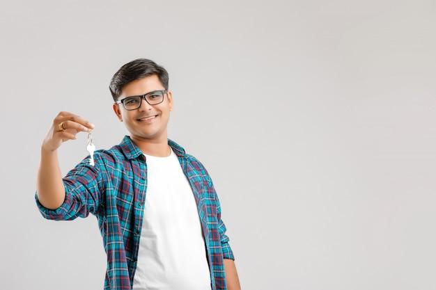 Jeune homme indien montrant la clé