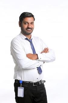 Jeune homme indien montrant l'expression sur fond blanc