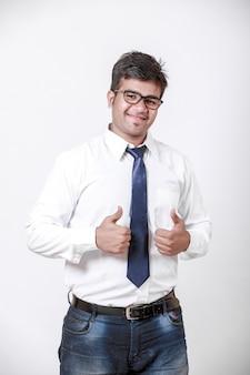 Jeune homme indien montrant thump up