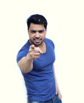 Jeune homme indien pointant du doigt vers vous, isolé sur fond blanc