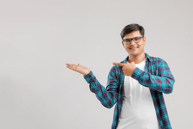 Jeune homme indien pointant sa main