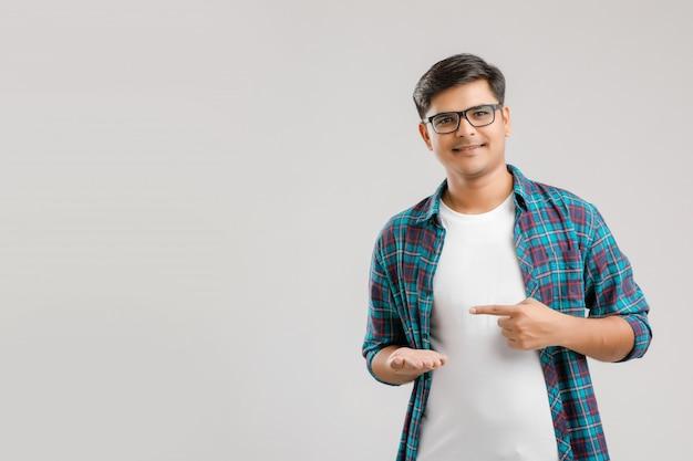 Jeune homme indien pointant avec sa main