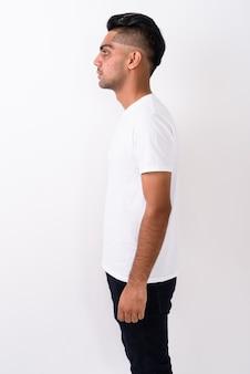 Jeune homme indien portant une chemise blanche sur blanc