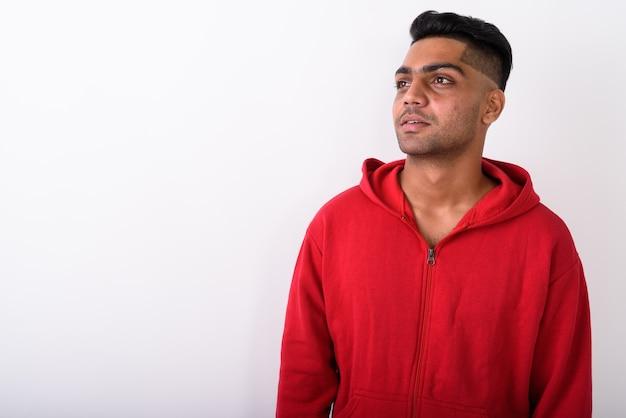 Jeune homme indien portant un sweat à capuche sur blanc
