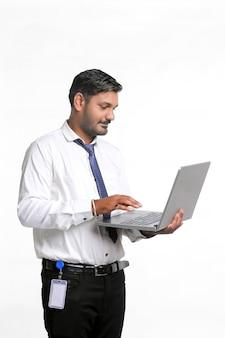 Jeune homme indien utilisant un ordinateur portable sur fond blanc.