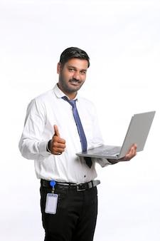 Jeune Homme Indien Utilisant Un Ordinateur Portable Sur Fond Blanc. Photo Premium