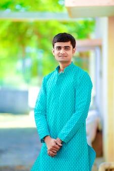 Jeune homme indien sur des vêtements traditionnels