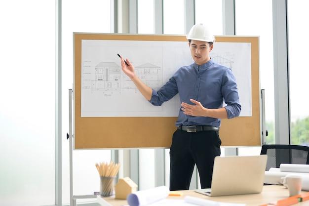 Un jeune homme ingénieur présentant les idées au client en vidéoconférence