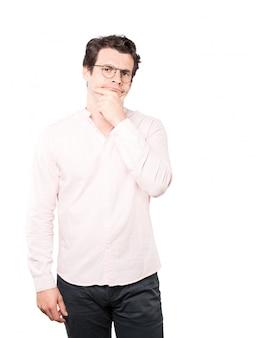 Jeune homme inquiet faisant un geste de doute