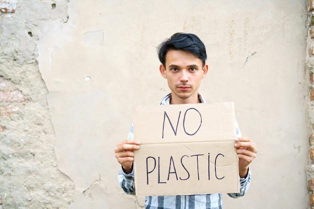 Jeune homme avec l'inscription sur le carton aucun type caucasien en plastique lors d'une manifestation contre ...