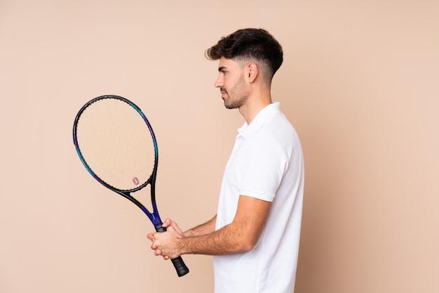 Jeune homme, sur, isolé, mur, jouer tennis