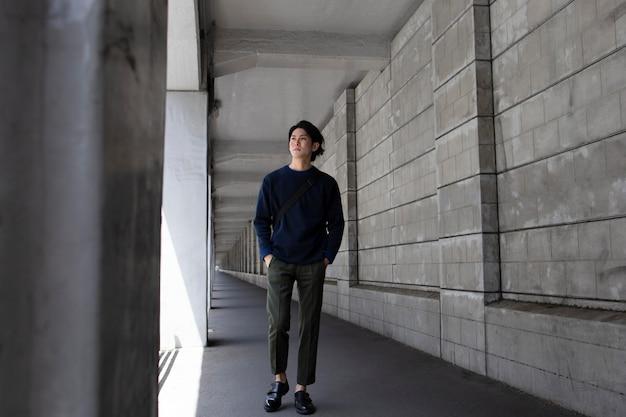 Jeune homme japonais à l'extérieur