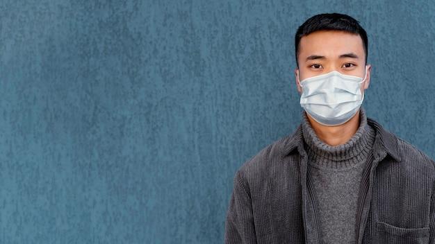 Jeune homme japonais portant un masque