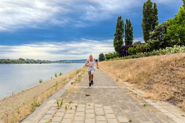 Jeune homme jogging dans le parc. mode de vie sain.