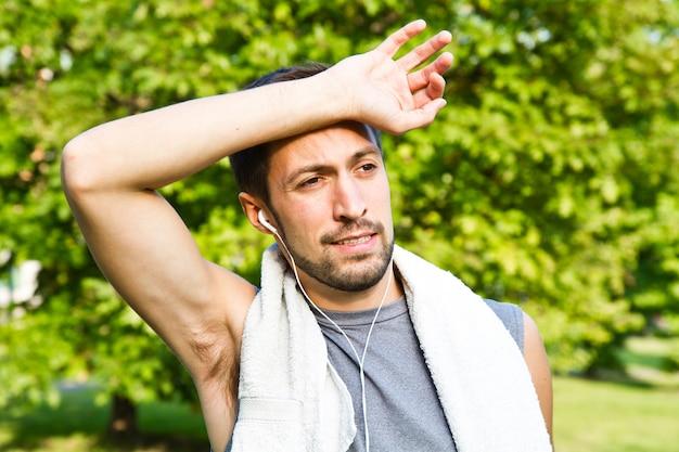 Jeune homme jogging dans le parc. santé et remise en forme.