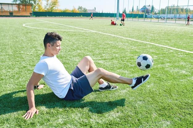 Jeune homme jouant au football
