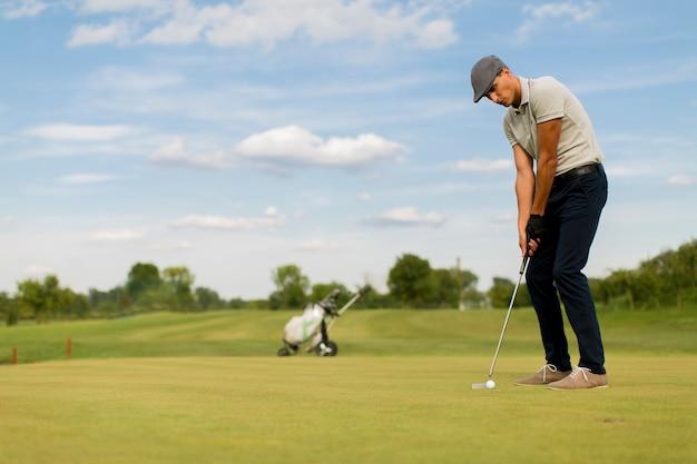 Jeune homme jouant au golf