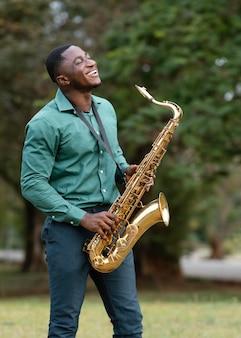 Jeune homme jouant d'un instrument sur la journée internationale du jazz