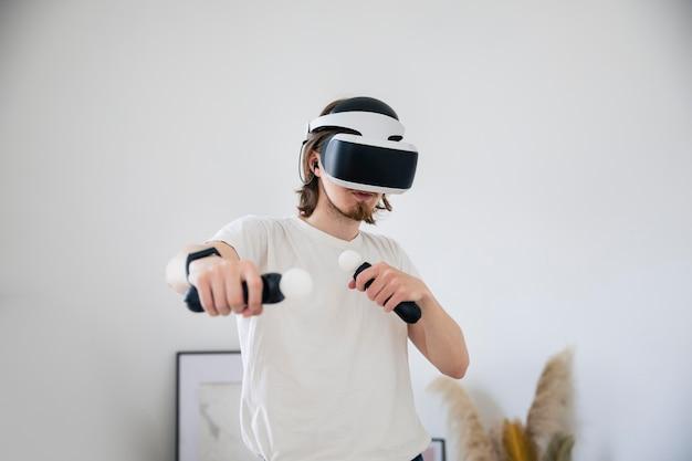 Jeune homme jouant à un jeu de réalité virtuelle