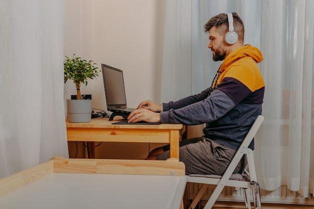 Jeune homme jouant à des jeux informatiques