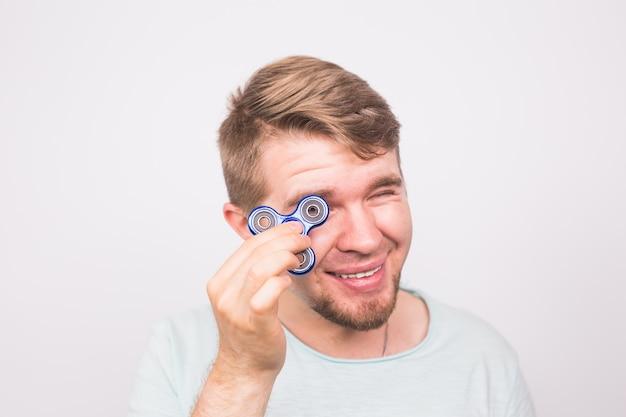 Jeune homme jouant avec un spinner fidget