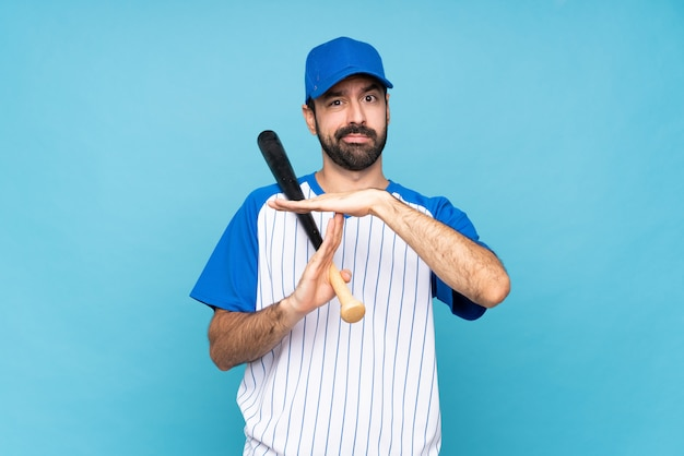 Jeune homme, jouer, baseball, isolé, bleu, geste, expirer, geste