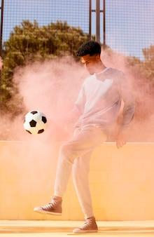 Jeune homme, jouer football