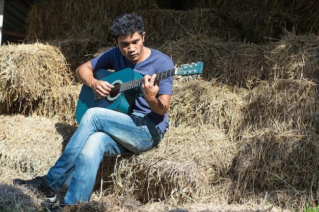 Jeune homme, jouer guitare