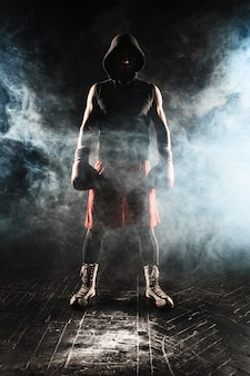 Jeune homme kickboxing