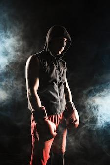 Le jeune homme kickboxing