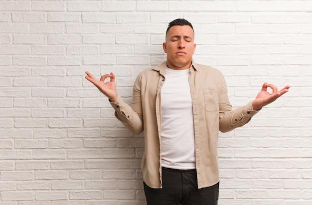 Jeune homme latin effectuant le yoga