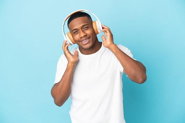 Jeune homme latin isolé écoute de la musique et du chant