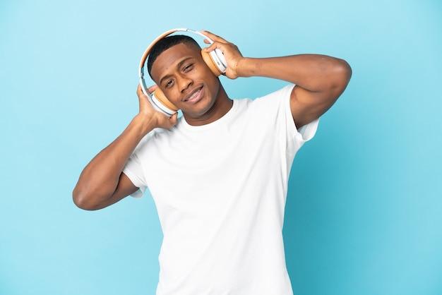 Jeune homme latin isolé écoute de la musique