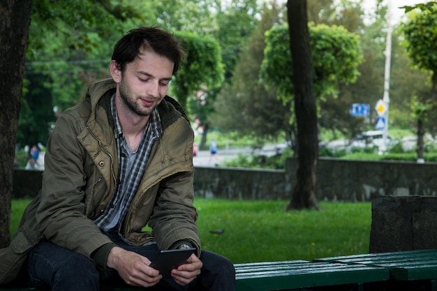 Jeune homme, lecture, e-book