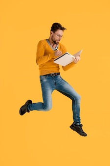Jeune homme, à, livre, sauter