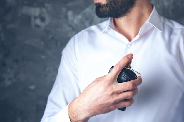 Jeune homme, main, tenue, parfum