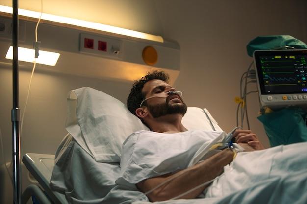 Jeune Homme Malade Dans Un Lit D'hôpital Photo gratuit