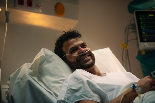 Jeune homme malade dans un lit d'hôpital