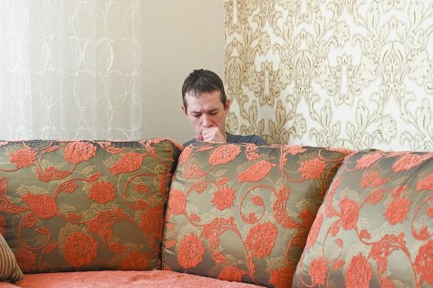Jeune homme malade, isolé de moi. concept de distance sociale